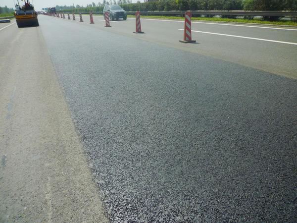 热再生机组在沈大高速公路施工后路面